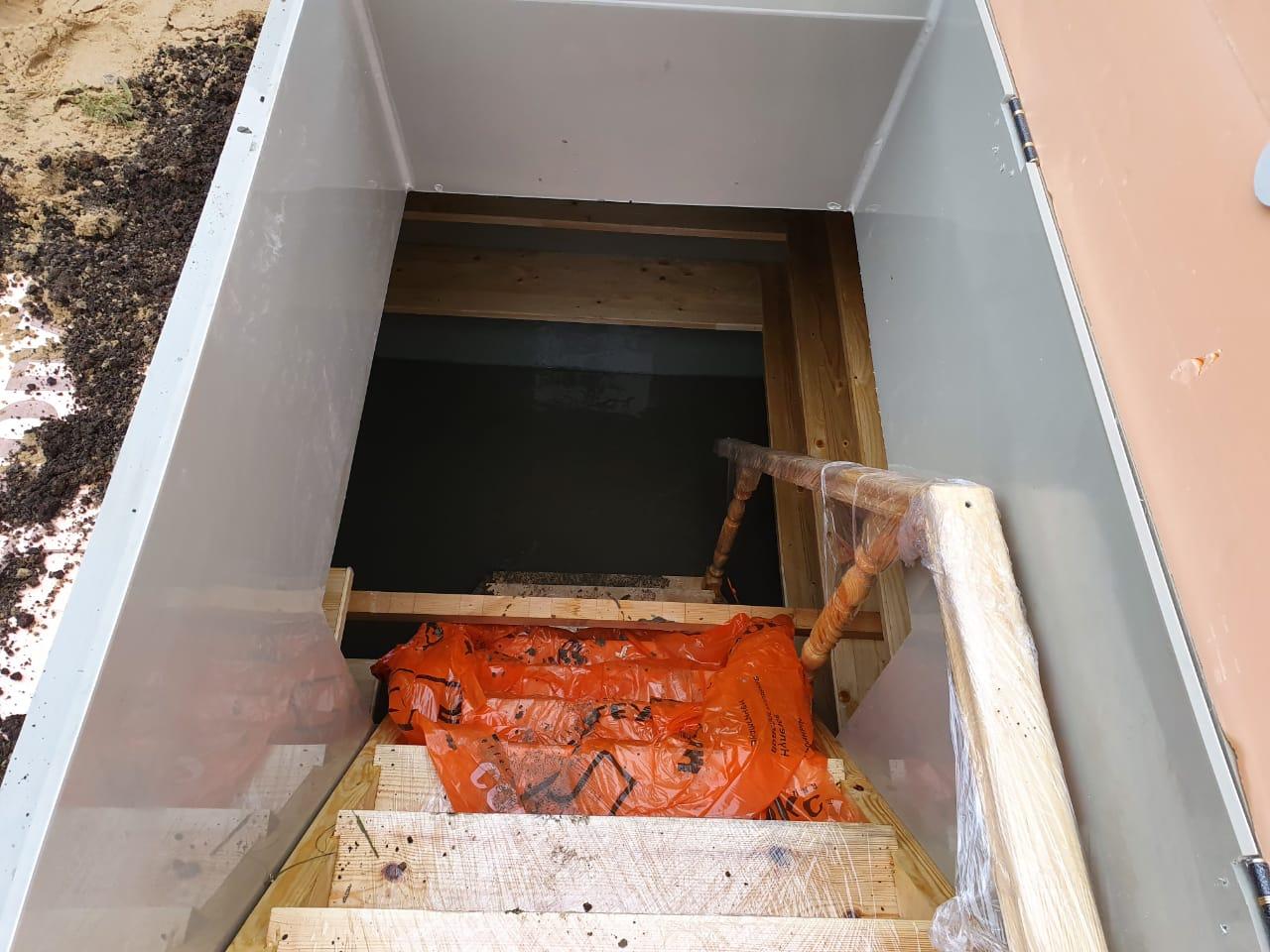 Заливка бетоном пола внутри погреба